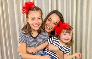 A jornalista Ana Lucia Alge tem uma filha com Síndrome de Down e recomenda o acompanhamento oftalmológico constante. — Foto: Ana Lúcia Alge @maedepoisde30