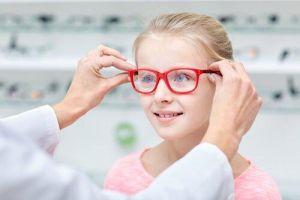 menina experimentando oculos