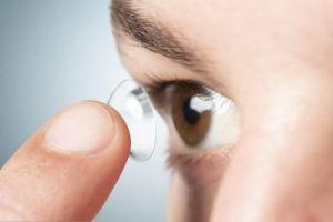homem aplicando suas lentes de contato 53876 96296